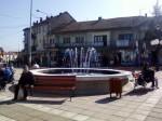 Одмор уз фонтану у центру Бојника